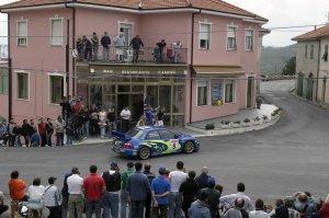 Томми Мякинен и Кайя Линдстрем за рулем Subaru Impreza (44S) на ралли Сардинии (Италия) 2004 года