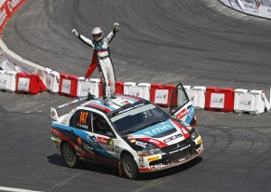 Арминдо Араухо (Armindo Araujo) отмечает победу на ралли Португалии 2009 года, обвязавшись флагом Португалии